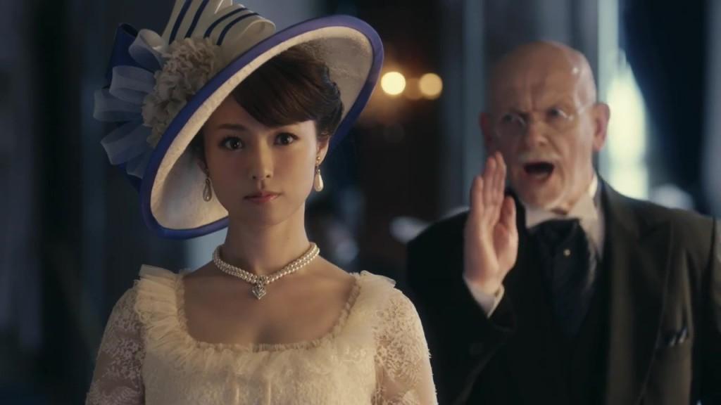 貴婦人な装いの深田恭子