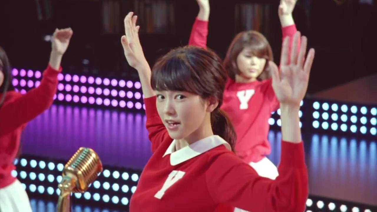 細い腕を大きく振ってダンスを踊る桐谷美玲
